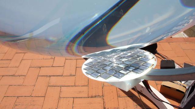 La sphère sert à concentrer l'énergie vers les panneaux solaires.