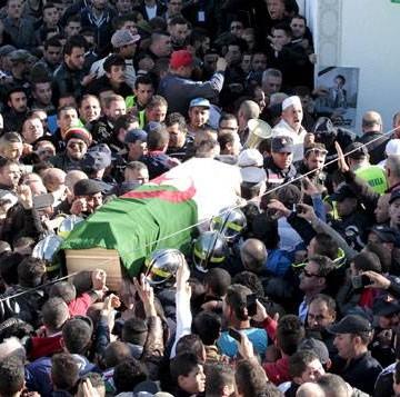 Le cortège a été salué par des milliers de personnes en traversant Tizi-Ouzou, la principale ville de la région, à une soixantaine de km du lieu de l'enterrement © REUTERS/Ramzi Boudina