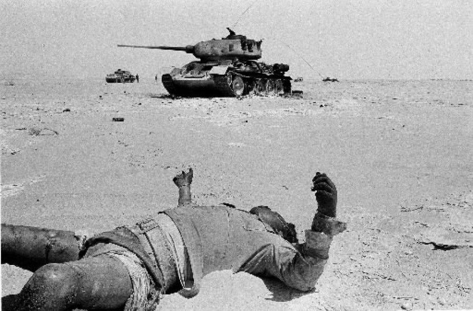 Un soldat égyptien gisant mort dans le désert du Sinaï. En arrière plan, un tank carbonisé de l'armée de Nasser. GETTY IMAGES