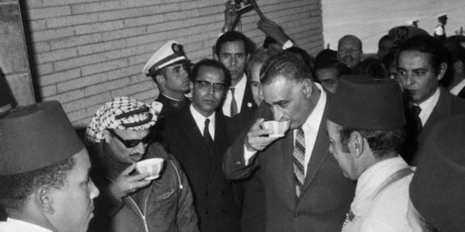 Hassan II accueillant le rais égyptien Gamal Abdel Nasser et le leader de la cause palestinienne Yasser Arafat à leur arrivée au Maroc. GETTY IMAGES
